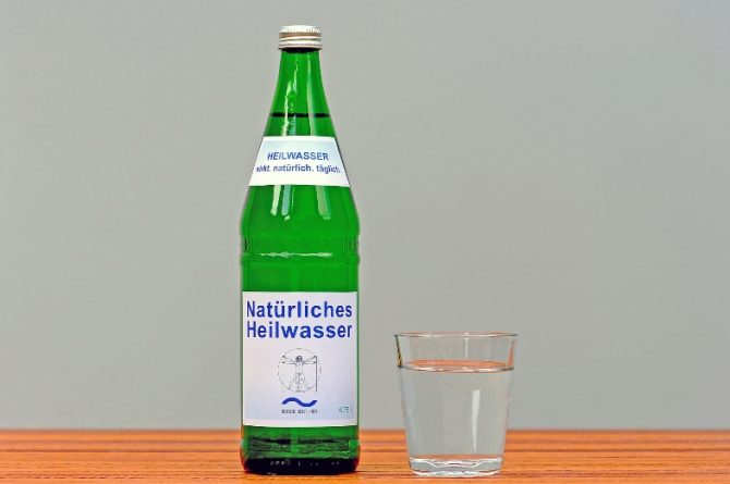 Heilwasserflasche mit Glas
