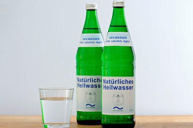 Heilwasserflaschen mit Glas