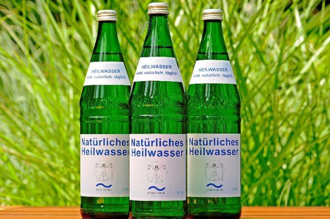 Drei Heilwasserflaschen vor Gräsern