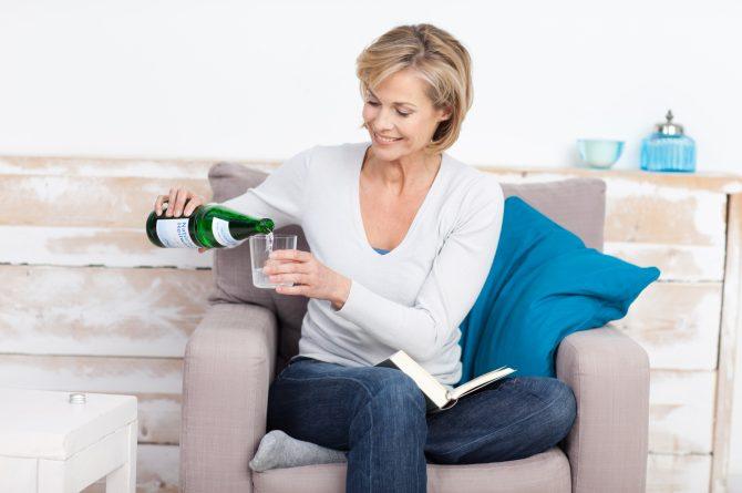 Frau middle-age_Einschenken_1425