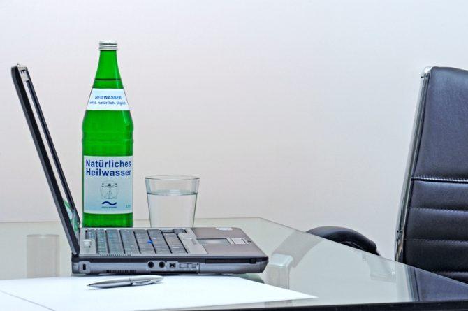 Heilwasserflasche am Schreibtisch