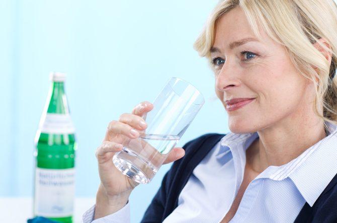 Frau middle-age im Profil mit Wasserglas_0939