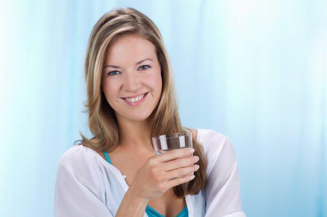 Junge Frau mit Wasserglas_129