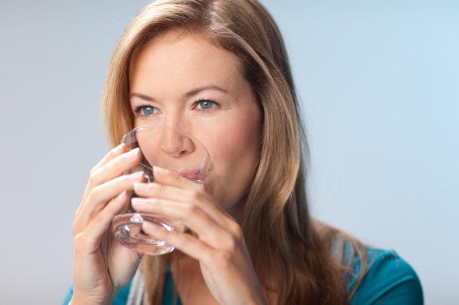 Junge Frau trinkt Heilwasser_427