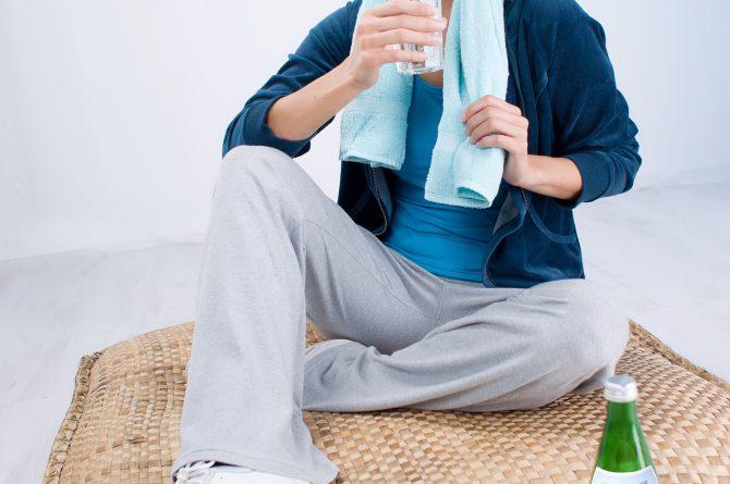 Junge Frau mit Heilwasserglas Trinken beim Sport_472
