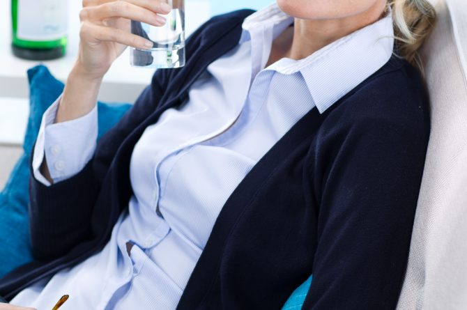 Frau middle-age am Laptop mit Wasserglas_886