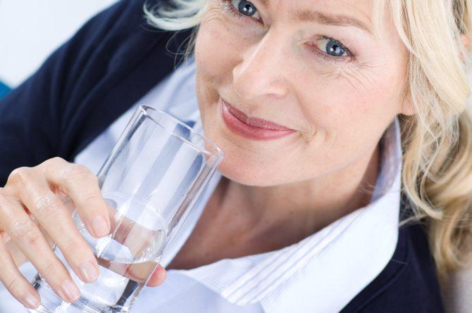 Frau middle-age mit Wasserglas_Draufsicht_924