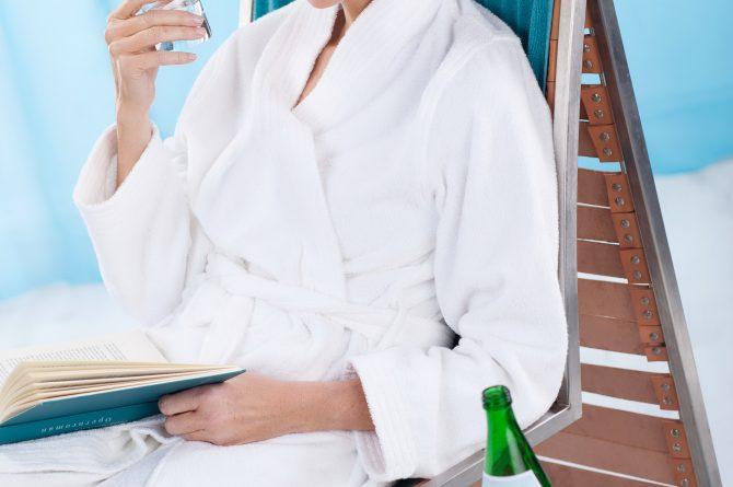 Heilwasser-Trinkkur Frau auf Liege mit Wasserglas_1011