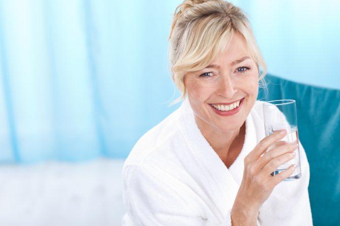 Heilwasser-Trinkkur Frau mit Wasserglas_1086
