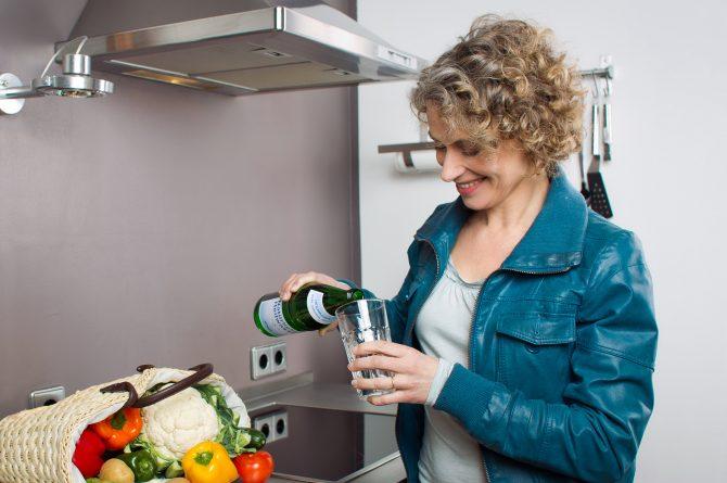 Küchenszene_Frau mit Heilwasserflasche_1143