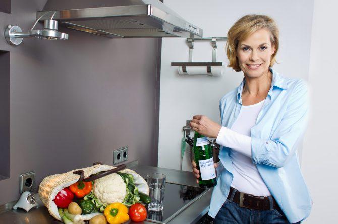 Küchenszene_Frau öffnet Heilwasserflasche_1171