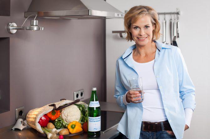 Küchenszene_Frau mit Wasserglas_1204