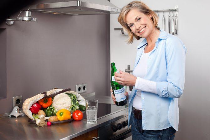 Küchenszene_Frau mit Heilwasserflasche_1212