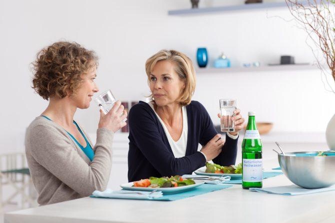 Essen zu zweit_mit Wassergläsern und Flasche_1268