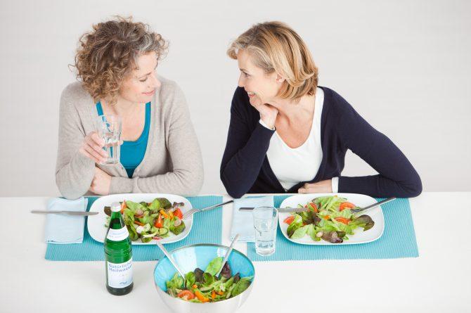 Essen zu zweit_Wasserflasche und Gläser_Draufsicht_1317