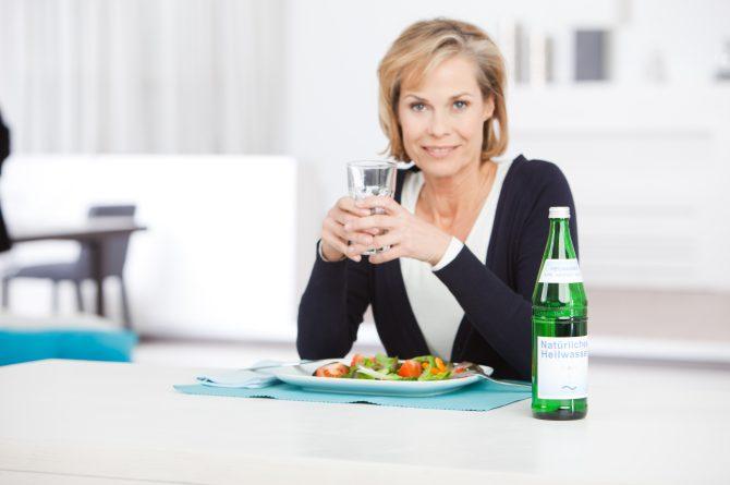 Frau beim Essen_Salat und Heilwasser_1348