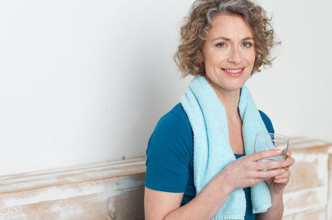 Frau middle-age mit Wasserglas beim Sport_1589