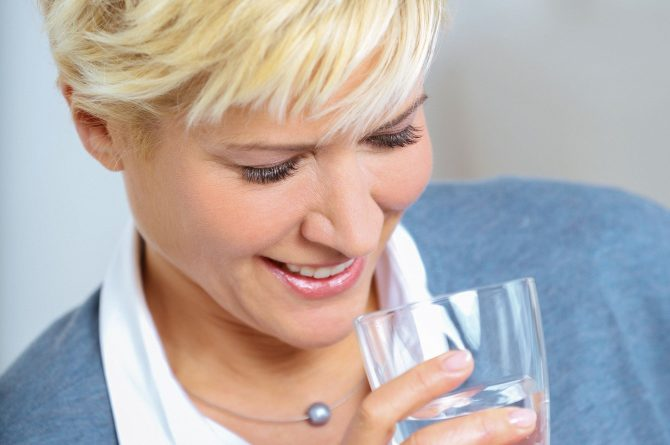 Junge Frau mit Wasserglas_3061