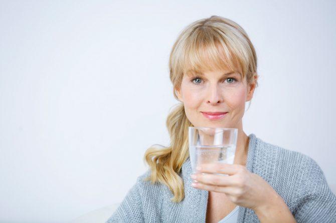 Frau middle-age mit Wasserglas_3678