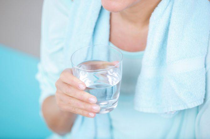 Trinken und Sport_Nahaufnahme Hand mit Wasserglas_4123