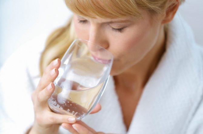 Heilwasser-Trinkkur_Frau mit Wasserglas_4946