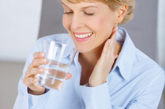 Fit im Büro_Frau trinkt Heilwasser_5622
