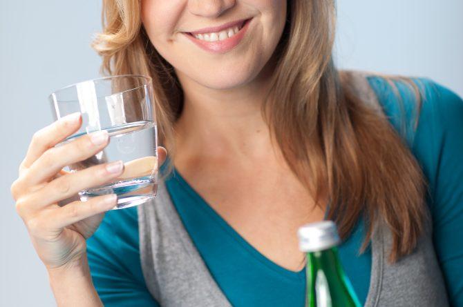 Heilwasser_Trinkszene close_Glas_Flasche_0437(0)