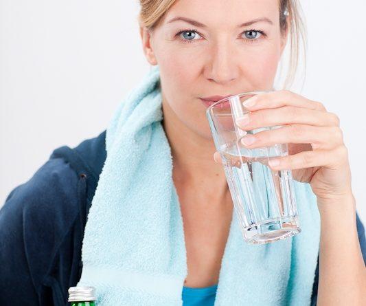 Junge Frau beim Sport mit Heilwasserflasche_555